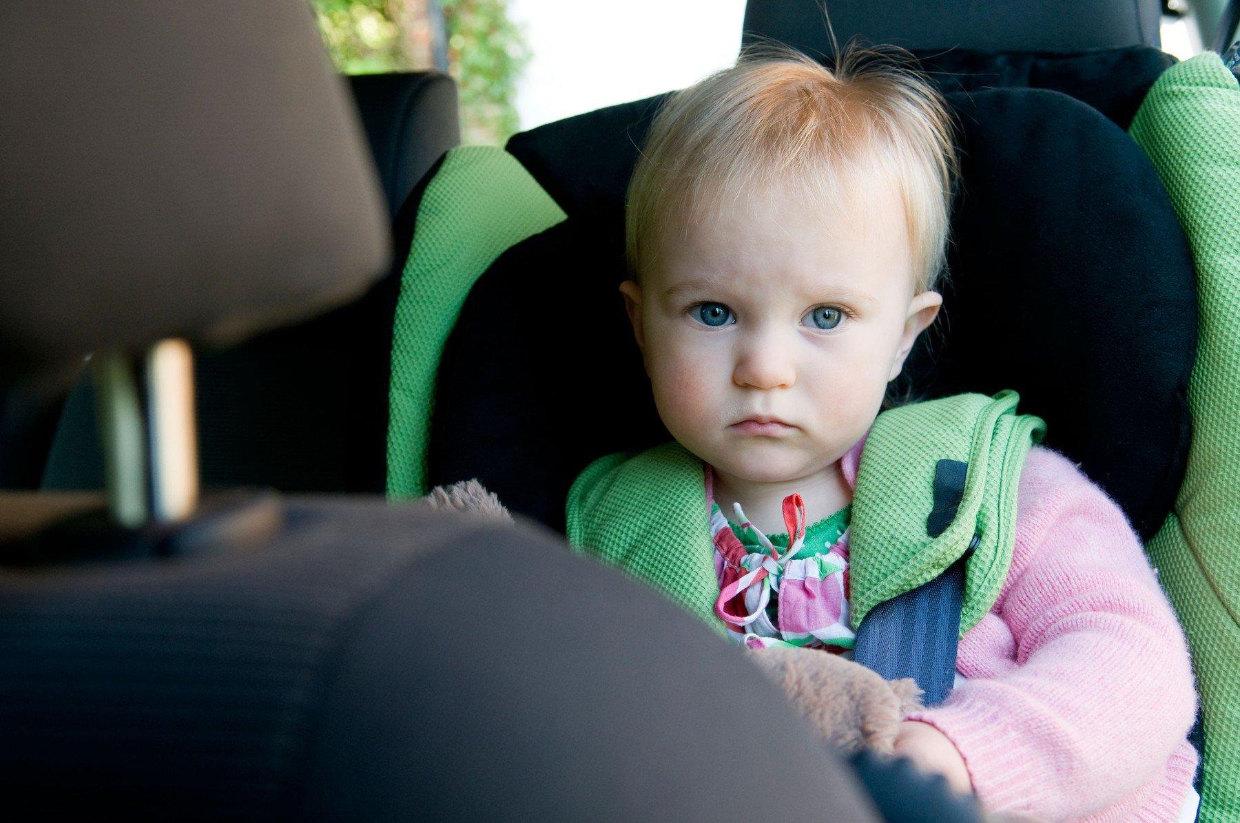 Otroški sedež, otrok v avtu